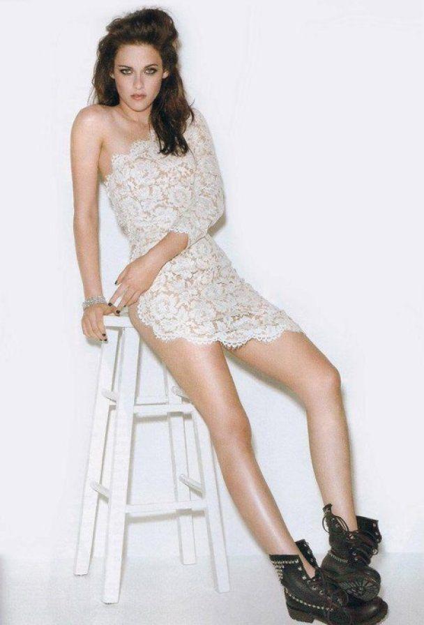 Кристен Стюарт надела прозрачное кружевное платье на голое тело