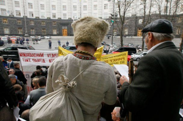 Под окнами Азарова крестьяне размахивали вилами