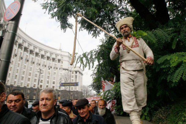 Селяне с вилами и косой пришли протестовать под Кабмин
