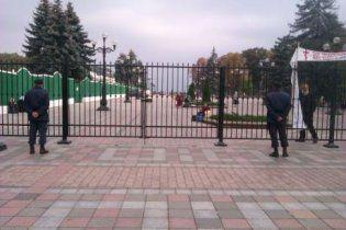 Литвин божится, что забор не ставил, и обещает поспрашивать у Азарова