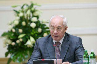 Азаров отчитал учителей за негодяев с яичницами на Вечном огне