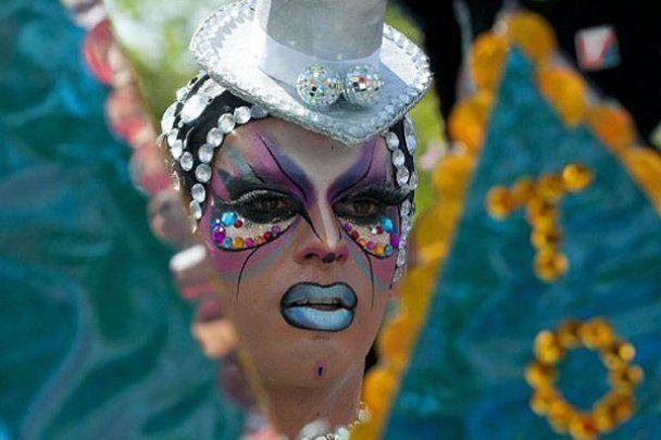 Геи в стразах вышли на парад в Чили и Уругвае
