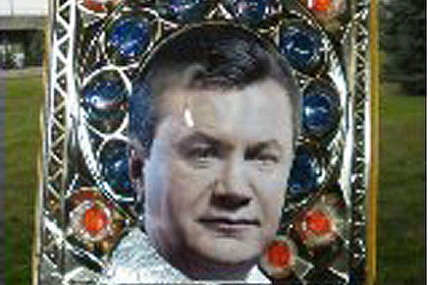 В Луганске на конфетах сделали икону Виктора Януковича