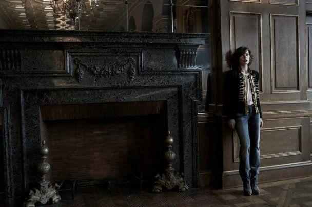 Новая фотосессия Милы Йовович без нижнего белья