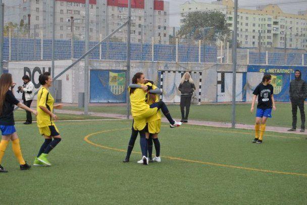 """Найвродливіші вболівальниці """"Металіста"""" зіграли у футбол (відео)"""