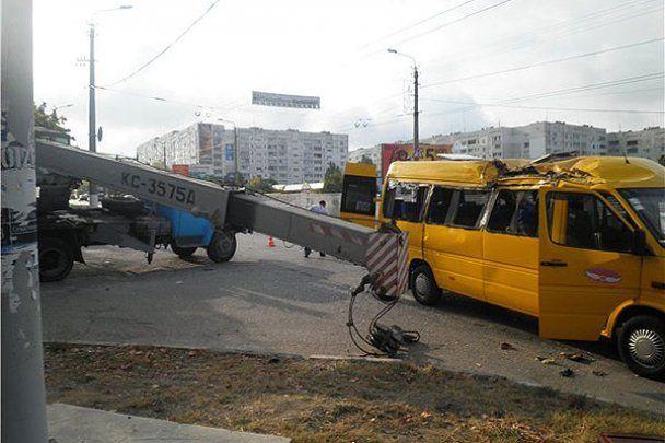 В Севастополе стрела крана упала на крышу маршрутки