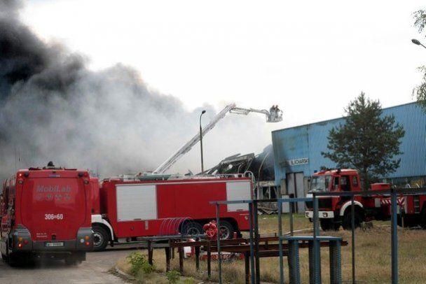Под Варшавой вспыхнул крупный пожар на складе с дезодорантами