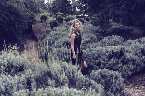 Закохана Кейт Мосс роздягнулась у пшеничному полі