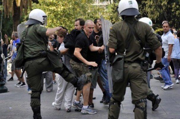 Греция парализована забастовкой, молодежь дерется с полицией