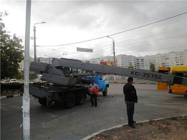 У Севастополі на набиту людьми маршрутку впав кран