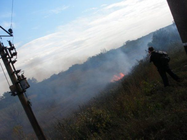 Железнодорожное ЧП под Мариуполем: пожар остановил поезд