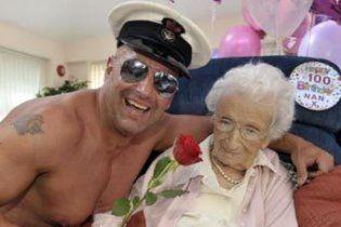 Англійській пенсіонерці на 100-річчя подарували стриптизера