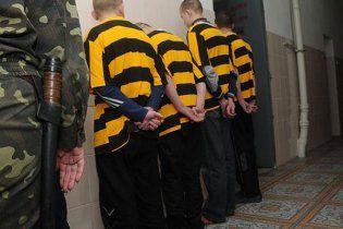 Конвоїри травмували десяток засуджених під час етапу до Дніпра