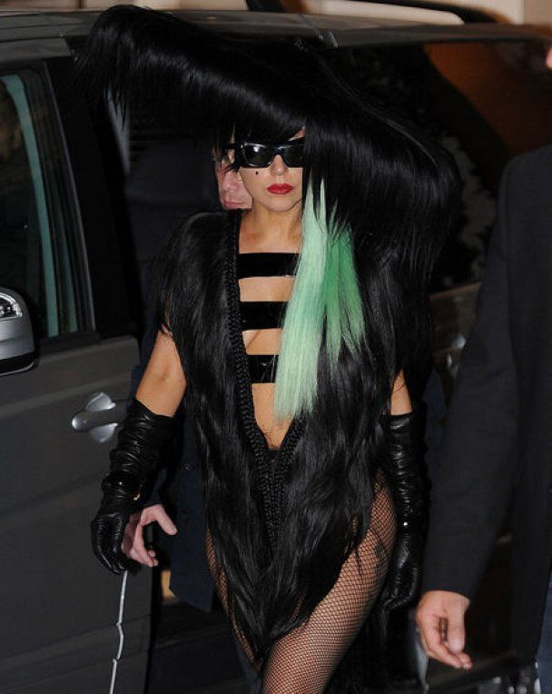 Lady Gaga пришла на вечер прощания с Джобсом со своим портретом