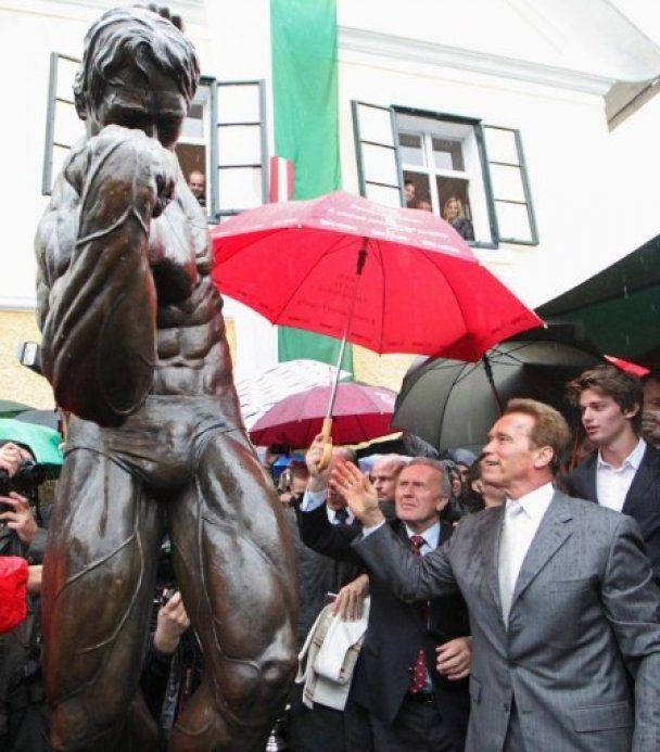 """В Австрії відкрили музей та бронзовий пам'ятник """"Термінатора"""""""