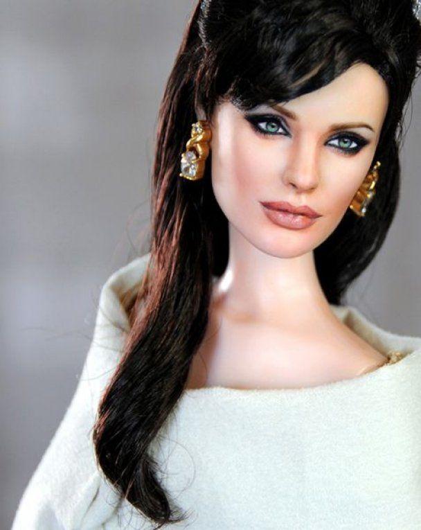 Анджелина Джоли станет болтливой куклой