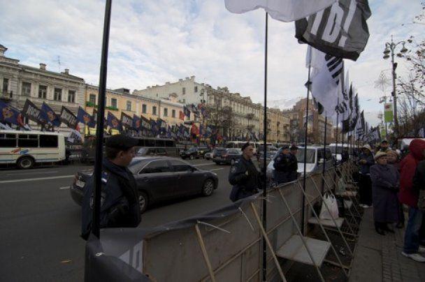 Депутати-прихильники Тимошенко проривають кордон міліції біля будівлі суду