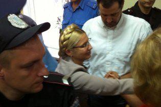 Тимошенко вивели з зали суду без наручників - вона помахала на прощання