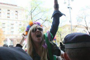 "FEMEN засіли на ЦУМі з гаслом: ""Ю и Я - одна уйня"""