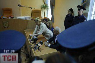 У Тимошенко в СІЗО розболілася спина. Вона ледве ходить