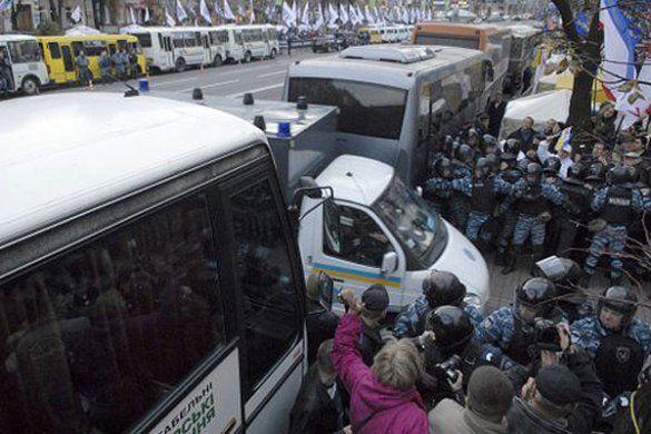 """Прихильники Тимошенко і """"Беркут"""" перед Печерським судом_1"""