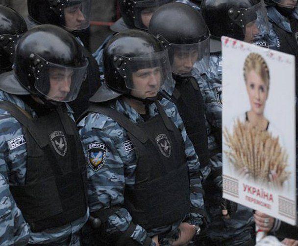 """Фанати Тимошенко: """"Треба було захопити автозак і звільнити Юлю"""""""