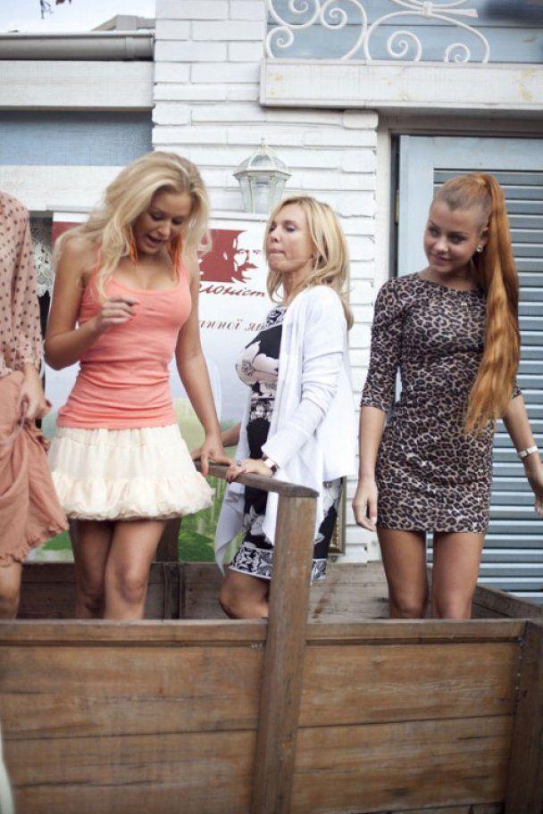 У центрі Києва дівчата з HOLLYWOOD FM в коротких спідничках попрацювали п'ятами