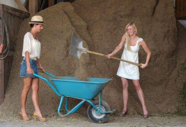 Соблазнительные жены фермеров выпустили календарь