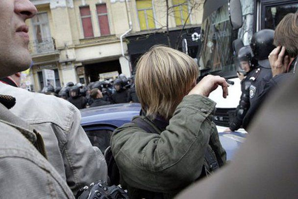 Беркутівець вибачився перед побитою ним журналісткою
