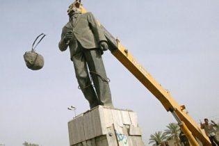 На аукціон виставили бронзову сідницю Саддама Хусейна