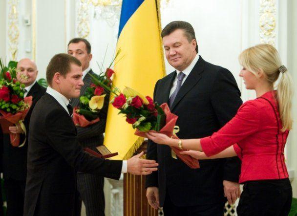 Янукович обменялся подарками с боксерами