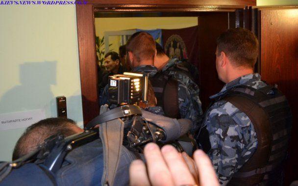 Афганці заблокували міліціонерів і податківців у своєму офісі