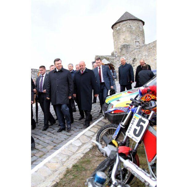 На Хмельниччині Янукович займався цементом і гуляв замком