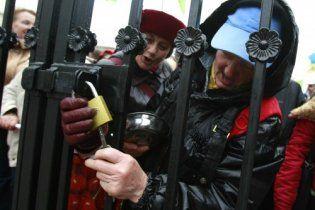 Равнодушный Литвин спровоцировал чернобыльцев ломать забор напротив Рады