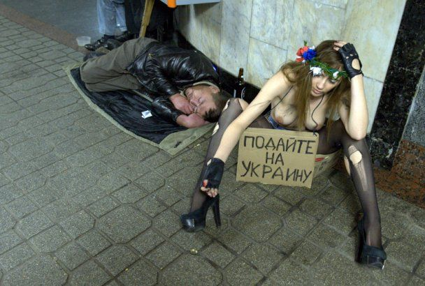 Голі FEMEN жебракували в метро заради Тимошенко