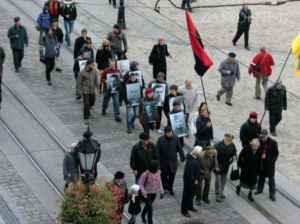 На марш УПА у Львові вийшли вояки у формі СРСР та гітлерівської Німеччини