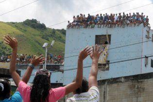 Венесуэльские заключенные захватили в заложники 60 тюремщиков