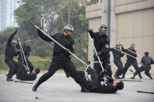 В Китае произошла массовая драка между полицейскими и военными