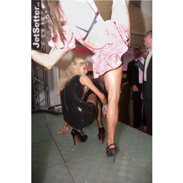 Пьяная Пэрис Хилтон ходила в туалет с охраной и устроила эротические танцы