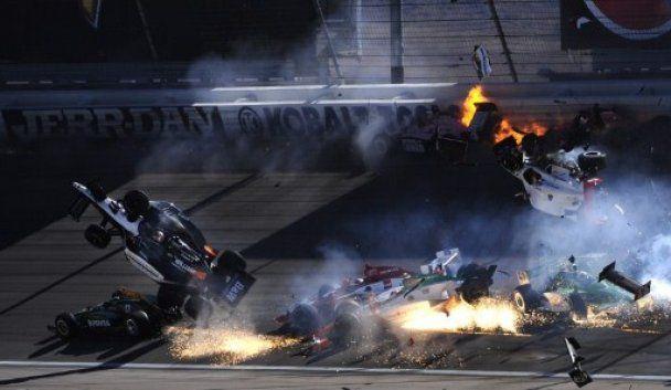 """Жахлива аварія сталася у фіналі гонок """"Індикар"""""""