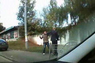 Пішохід відгамселив водія за об'їзд затору по тротуару (відео)