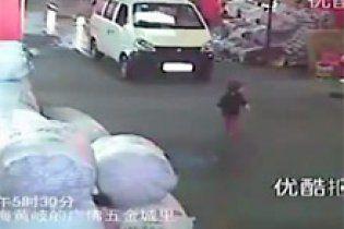 Дворічну дівчинку двічі чавили машини, а перехожим було все одно (відео)