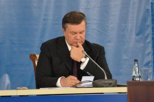 Янукович неожиданно нагрянет во Львов: в городе срочно высаживают туи