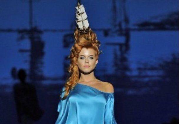 Катя Рождественская вывела на подиум селебрити с кораблями на голове