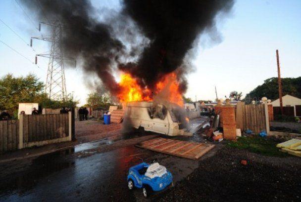 В Англии полиция кувалдами и топорами разогнала самый большой цыганский табор