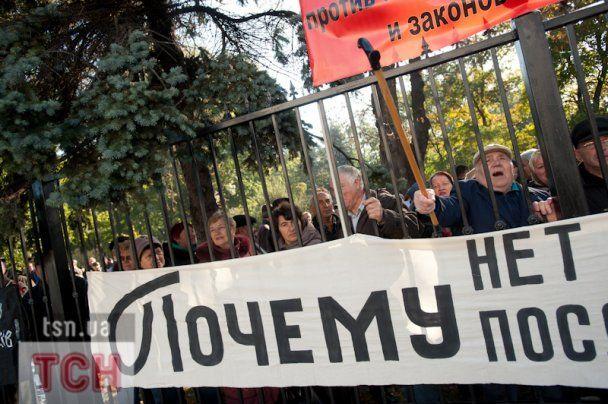 Чернобыльцы повредили забор при штурме Верховной Рады