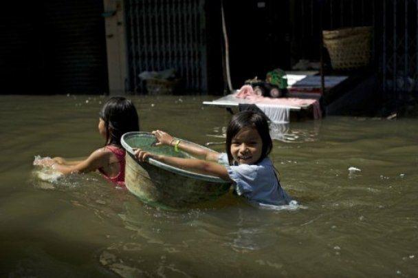 Повінь прорвала дамбу - Бангкок йде під воду
