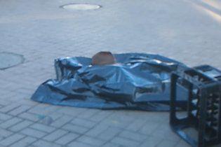 Кияни біля входу в метро цілий ранок обходили труп (відео)