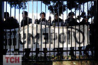 Чернобыльцы протестуют под Кабмином, а под Радой за ночь восстановили забор