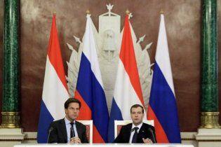 Глава правительства Нидерландов несколько раз спутал флаг своей страны с российским